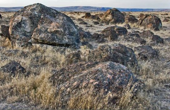 Large boulders that have been washed along with a Missoula flood wave