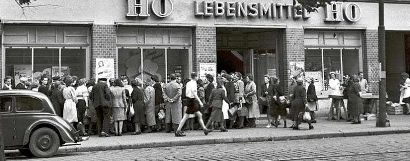 Waiting line in front of food shop in the DDR
