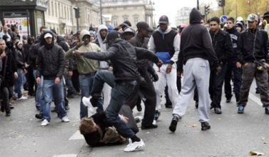 Unrest in Paris 2009 - Muslims are attacking an ethnic French man