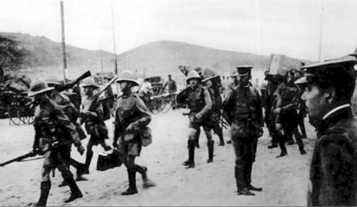 British troops going ashore to assist Japanese troops to capture Qingdao